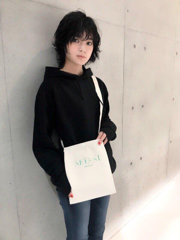 グッズを紹介する平手友梨奈