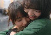 坂道合同舞台『ザンビ』与田祐希に抱き着く小林由依のオフショットが公開!