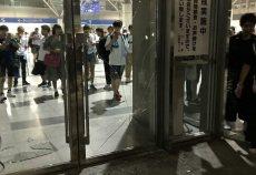 【欅坂46】悲報、ライブで興奮しきったおっさんヲタ、幕張メッセのガラスを不注意で割ってしまった模様・・・